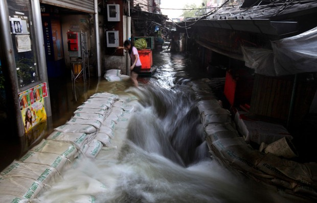 ที่มาภาพ: AP-http://www.theatlantic.com/infocus/2011/10/thailand-floods-pass-their-peak/100181/