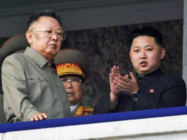 """คิม จอง-อิล ผู้ล่วงลับ (ซ้าย) และลูกชาย """"คิม จอง-อุน"""" (ขวา)"""