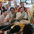 พ.ต.ท.ทักษิณ ชินวัตร ทำบุญแก้กรรม สะเดาะเคราะห์ และร่วมพิธีบายศรีสู่ขวัญ ที่หอสภาธรรมวัดธาตุหลวง นครเวียงจันทน์ เมื่อวันที่ 12 เมษายน 2555