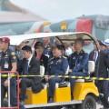 น.ส.ยิ่งลักษณ์ ชินวัตร นายกรัฐมนตรี พร้อมด้วย พล.อ.อ.อิทธพร ศุภวงศ์ ผู้บัญชาการทหารอากาศ นั่งรถกอล์ฟชมงาน ?วันครบรอบ 100 ปีการบินของบุพการีทหารอากาศ? เมื่อวันที่ 2 ก.ค.ที่ผ่านมา