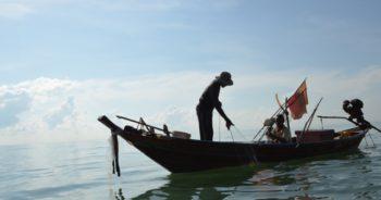 ชาวประมงกำลังเก็บอวนปลา