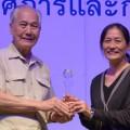 น.ส.บุญลาภ ภูสุวรรณ บรรณาธิการบริหารสำนักข่าวออนไลน์ไทยพับลิก้ารับรางวัลชมเชย การประกวดข่าวทุจริตเชิงสอบสวน องค์กรเพื่อความโปร่งใสในประเทศไทย 2555 จากนายอานันท์ ปันยารชุน