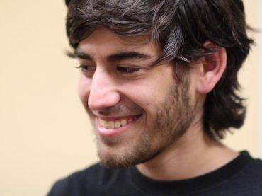นายอารอน สวาร์ตซ (Aaron Swartz) วัย 26 ปี ผู้ร่วมคิดค้นเทคโนโลยี RSS และผู้ร่วมก่อตั้งเว็บไซต์สังคออนไลน์ Reddit ที่มาภาพ : http://rack.2.mshcdn.com