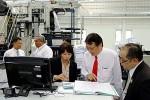 ดร.ประแสง มงคลศิริ เลขานุการรัฐมนตรีว่าการกระทรวงศึกษาธิการ (คนกลาง-เนคไทแดง) ที่มา : http://www.moe.go.th/websm/2013/feb/049.html