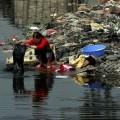 เมืองกุ้ยอวี๋ที่กำลังจะตายอันเนื่องจากเป็นศูนย์กลางการรีไซเคิลขยะพิษปริมาณมหาศาล ที่มาภาพ : http://www.greenpeace.org/eastasia/Global/eastasia/photos/toxics/ewaste/guiyu-woman-river.jpg