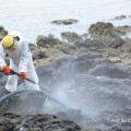 เจ้าหน้าที่พีทีทีจีซี ทำความสะอาดหินเปื้อนน้ำมันรั่ว