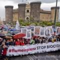 """การประท้วงกลางเมืองนาโปลีเพื่อต่อต้านโคตรมาเฟียที่ใหญ่ที่สุดในเมืองนี้และในอิตาลี กลุ่ม """"คามอร์รา"""" ซึ่งเชื่อว่าเป็นตัวการใหญ่ในการขนขยะพิษมาทิ้งที่บริเวณ """"สามเหลี่ยมแห่งความตาย"""" แถบเมืองนาโปลี และเมืองกาแซร์ตา  ที่มาภาพ : http://cdn.thedailybeast.com/content/dailybeast/articles/2013/11/21/italy-s-triangle-of-death-naples-residents-blame-child-cancer-rates-on-mob-disposal-of-toxic-chemicals/"""