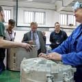 Kenneth Clarke รัฐมนตรีกระทรวงยุติธรรมอังกฤษ พูดคุยกับนักโทษในเรือนจำปีเตอร์โบรว์ ที่มาภาพ: http://www.businessweek.com/articles/2012-08-02/the-test-case-behind-goldmans-investment-in-jail-inmates