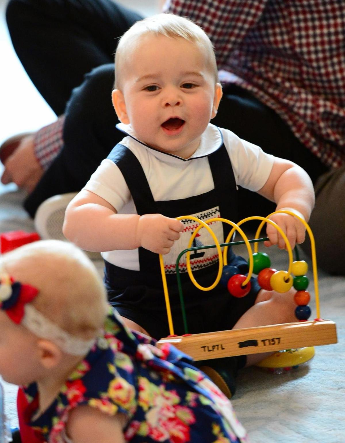 ที่มาภาพ http://www.nydailynews.com/news/world/prince-george-royal-crawl-about-new-zealand-article-1.1750385