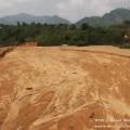 แม่น้ำหายไป – ชาวบ้านเมียวพิวระบุว่าเหมืองเฮ็นดาได้ปล่อยน้ำเสียและตะกอนดินมหาศาลลงมาตามลำน้ำ ท่วมเรือกสวนไร่นา และบ้านเรือน และดินตะกอนเหล่านี้ทับถมจนทำให้แม่น้ำที่ไหลผ่านหมู่บ้านหายไป ที่มาภาพ : ทวาย | Dawei Watch | Thailand (www.facebook.com/DaweiWatchThailand)