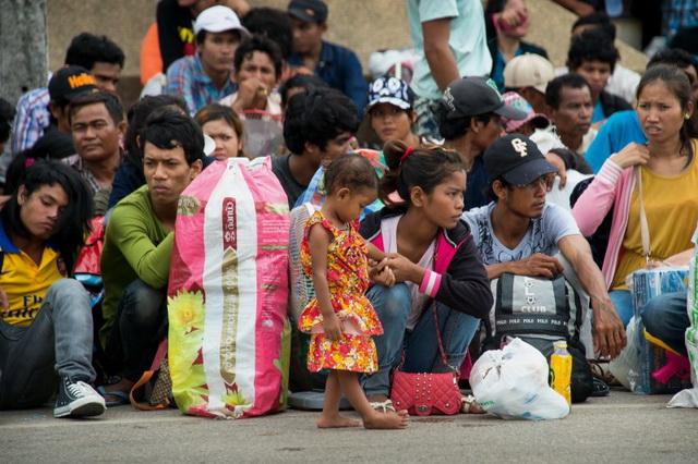 ที่มาภาพ : http://globalvoicesonline.org/wp-content/uploads/2014/06/Cambodian-workers-at-the-border-800x533.jpg
