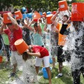 Ice Bucket Challenge รวมหมู่ ในเมืองบอสตัน ที่มาภาพ: http://timedotcom.files.wordpress.com/2014/08/als-ice-water.jpg?w=1100