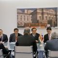 รมช.กระทรวงต่างประเทศอินเดียเข้าเยี่ยมคารวะนายกรัฐมนตรี ณ ห้อง Country room 17 ตุลาคม 2557 ที่มาภาพ : http://www.thaigov.go.th/th/media-centre/