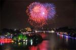 มหกรรมดอกไม้ไฟเหนือทะเลสาบตะวันตก วันฉลองครบรอบ 60 ปี วันปลดปล่อยฮานอย ที่มาภาพ: http://www.vir.com.vn/stores/news_dataimages/hung/102014/11/09/phaohoa.jpg