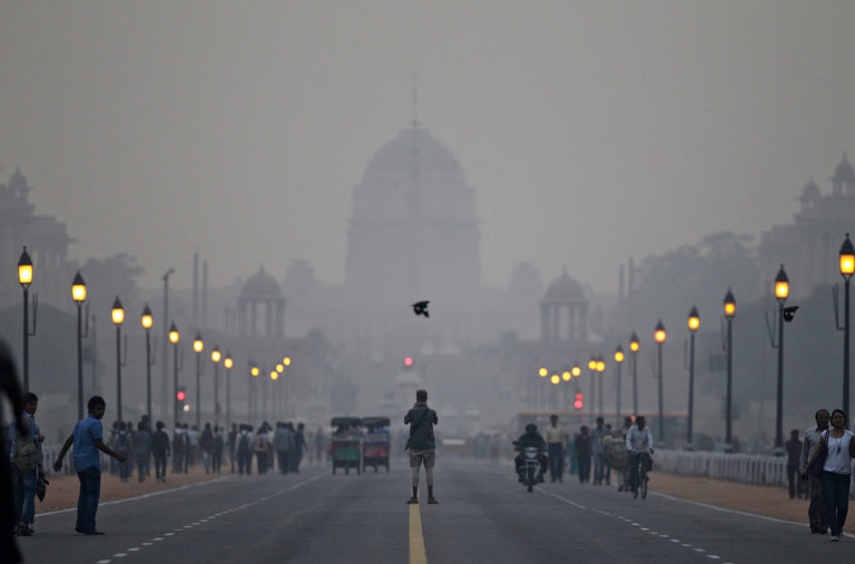 ที่มาภาพ : http://static01.nyt.com/images/2012/12/27/world/delhi/delhi-videoLarge.jpg