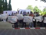 T-BAN ยื่นหนังสือเรื่องการยกเลิกการใช้แร่ใยหินของประเทศไทยถึงนายแพทย์ชาญวิทย์ ทระเทพ รองปลัดกระทรวงสาธารณสุข ในฐานะประธานคณะกรรมการศึกษาข้อเท็จจริงเกี่ยวกับผลกระทบต่อสุขภาพจากแร่ใยหิน เมื่อวันที่ 20 มิถุนายน 2556 ที่มาภาพ : http://voicelabour.org
