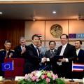 นายแพททริก เคย์ Executive Director The European Aviation Safety Agency (EASA) และนายจุฬา สุขมานพ อธิบดีกรมท่าอากาศยาน รักษาการผู้อำนวยการสำนักงานการบินพลเรือนแห่งประเทศไทย (กพท.) ขณะร่วมลงนามความร่วมมือระหว่างกัน