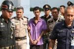 พนักงานสอบสวนนำตัวฐนกร ผู้ต้องหาคดีโพสต์แผนผังทุจริตอุทยานราชภักดิ์ ฝากขังผลัดแรกที่ศาลทหาร ที่มาภาพ: http://m.manager.co.th/Crime/detail/9580000137045