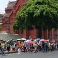 นักท่องเที่ยวจีนเดินจากบริเวณถนนหน้าพระธาตุด้านข้างสนามหลวงเพื่อเข้าชมบพระบรมมหาราชวัง