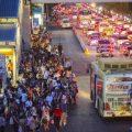 มูลค่าเศรษฐกิจที่ซ้อนอยู่ในการรอรถเมล์ ที่มาภาพ : http://pbs.twimg.com/media/BoPi1ehIcAA3XGn.jpg