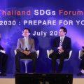 """เมื่อวันที่ 28 กรกฎาคม 2559 มูลนิธิมั่นพัฒนาและสำนักข่าวออนไลน์ไทยพับลิก้า จัดงาน """"Thailand SDGs Forum#2: Business 2030: Prepare for Your Future"""" ในงานนี้ มีวงเสวนาในหัวข้อ """"SDGs & Sustainable Business Trend of 2016"""" ซึ่งมีวิทยากรดังนี้ 1. นางสาวสฤณี อาชวานันทกุล กรรมการผู้จัดการ ด้านพัฒนาความรู้ บริษัท ป่าสาละ จำกัด 2. นายนัท วานิชยางกูร  Partner, ERM และ ดร.ภาวิญญ์ เถลิงศรี Project Manager Inclusive Green Growth and Sustainable Development, United Nation Development Programme โดยมีนายธีระ ธัญญอนันต์ผล เป็นผู้ดำเนินรายการ (ภาพจากขวาไปซ้าย)"""