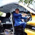 พล.อ.ประยุทธ์ จันทร์โอชา นายกรัฐมนตรี เยี่ยมชมการจัดแสดงยานยนต์ไฟฟ้า ณ บริเวณด้านหน้าตึกสันติไมตรี เมื่อวันที่ 10 สิงหาคม 2559 ที่มาภาพ : http://www.thaigov.go.th/