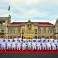 เมื่อวันที่ 4 มกราคม 2560 พล.อ.ประยุทธ์ จันทร์โอชา นายกรัฐมนตรี และหัวหน้าคณะรักษาความสงบแห่งชาติ (คสช.) และคณะรัฐมนตรี ร่วมถ่ายภาพหมู่ บริเวณสนามหญ้า ด้านหน้าตึกไทยคู่ฟ้า ทำเนียบรัฐบาล