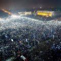 ม็อบไฟฉาย ชาวโรมเนียร่วมครึ่งล้านรวมตัวกันเปิดไฟโทรศัพท์มือถือประท้วงรัฐบาลนายกรินเดียนู ที่มาภาพ : https://www.nytimes.com/2017/02/09/world/europe/romania-corruption-coruptie-guvern-justitie.html?_r=2