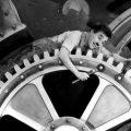 charlie chaplin ที่มาภาพ : https://i.gse.io/gse_media/116/9/1476815634-Charlie_Chaplin_ModernTimes_tickets.jpg?p=1&c=1&q=40&h=346&w=608